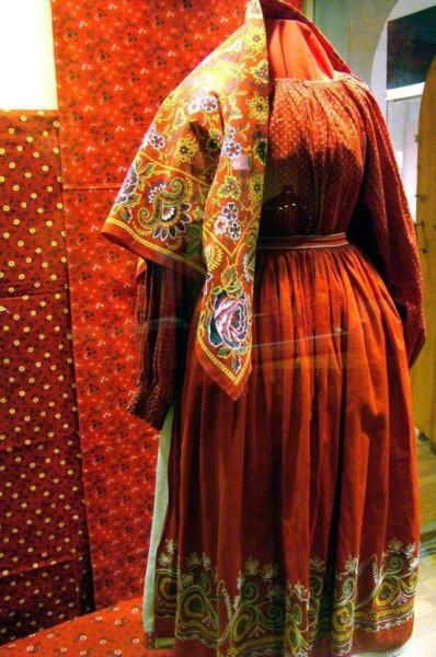 Русский народный женский костюм. Рубаха шита из отрезного барановского ситца. Платок Троицко-Александровской мануфактуры конец XIX — начало XX века.j…