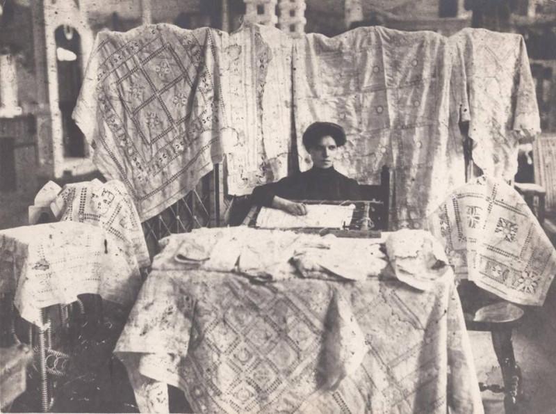 _2   1911   16-летняя старорахинская строчильщица Раечка Тихонова демонстрирует на выставке художественных промыслов новые приёмы строчки. 1911 год..…