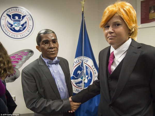 2DF5EA5D00000578-3298067-Nathnael_Asegdew_left_dressed_as_President_Barack_Obama_and_pose-a-32_1446305798271.jpg