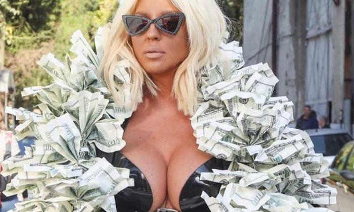 Jelena-Karleusa-dolarlı-şalı-ile-şaşırttı-700x420.jpg