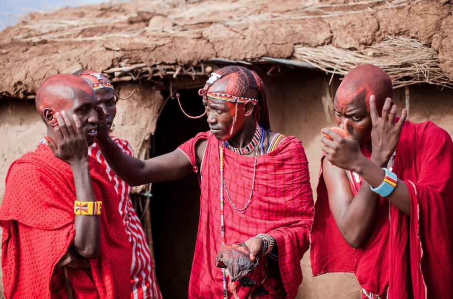 1 Друзья жениха помогают ему и друг другу нанести косметику из охры и бараньего жира. Каждый воин всегда носит с собой небольшое зеркало.21.jpg