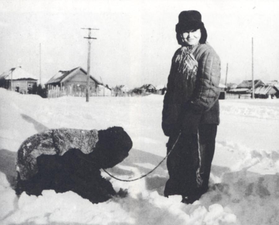 _1962   Ряженые - вожак с медведем Д. Климово, Горьковская обл. Фото 1962 г..jpg