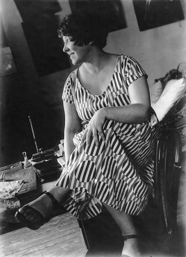 4   Варвара Степанова в платье из ткани по ее рисунку. 1924. Фотография Александра Родченко.jpeg