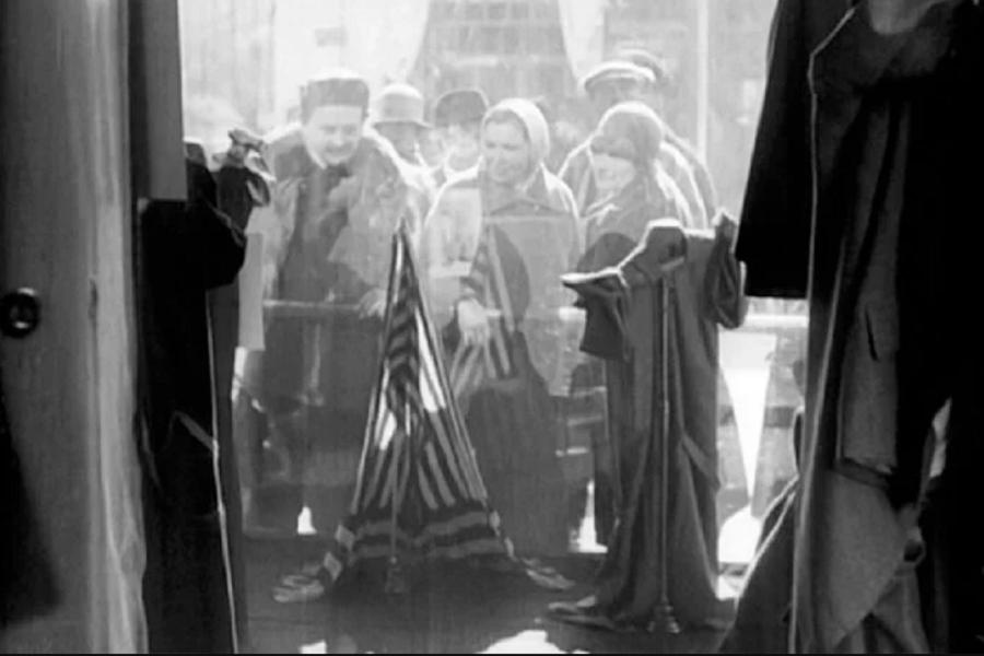 _900 x 600 Кадр из фильма «Ваша знакомая», 1927 г. Витрина «Ателье мод», ул. Петровка, д. 12.png