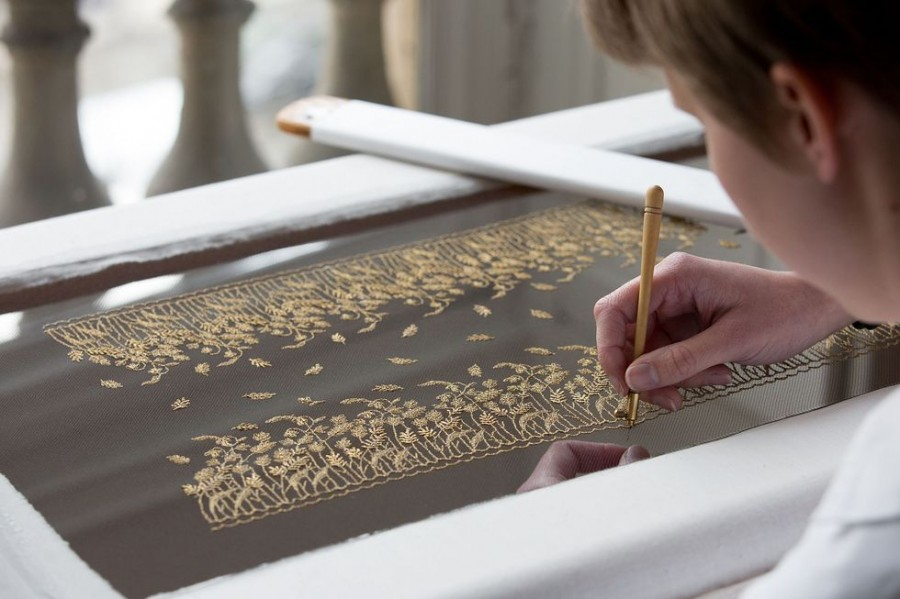 Зачем Диор наехал на Оскар, или новый вид войны The embroidery was created by the renowned Vermont atelier in Paris, who designed ears of wheat and wild flowers in antique gold thread..jpg