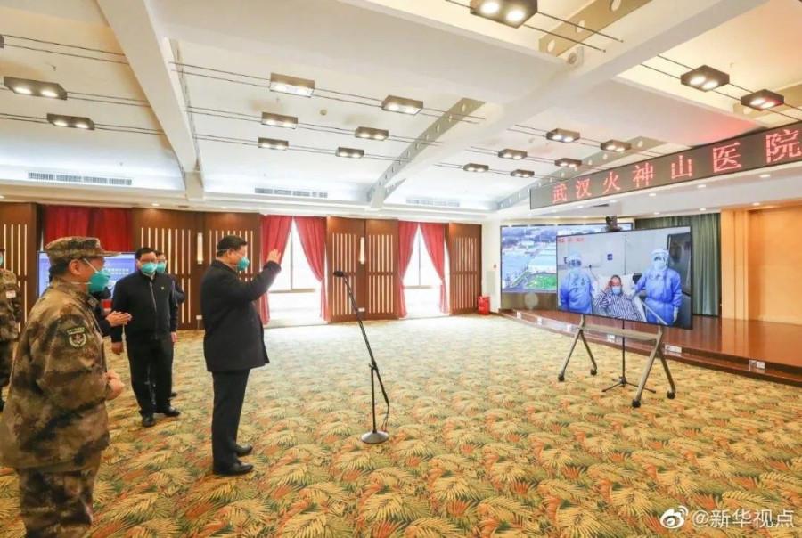 Председатель Си навещает больных коронавирусом в Ухане.jpg