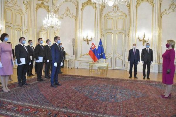 __________церемония присяги нового состава правительства. Справа — президент Зузана Чапутова, слева — новый премьер Игорь Матович и кабинет министров…