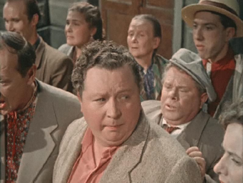 1957 Сергей Юрский в фильме «Улица полна неожиданностей» роль прохожий с булочкой и в жёлтой шляпе.jpg
