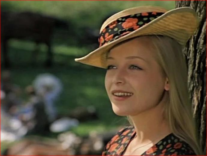 1974 Евгения Ветлова. Кадр из фильма Соломенная шляпка (1975).PNG