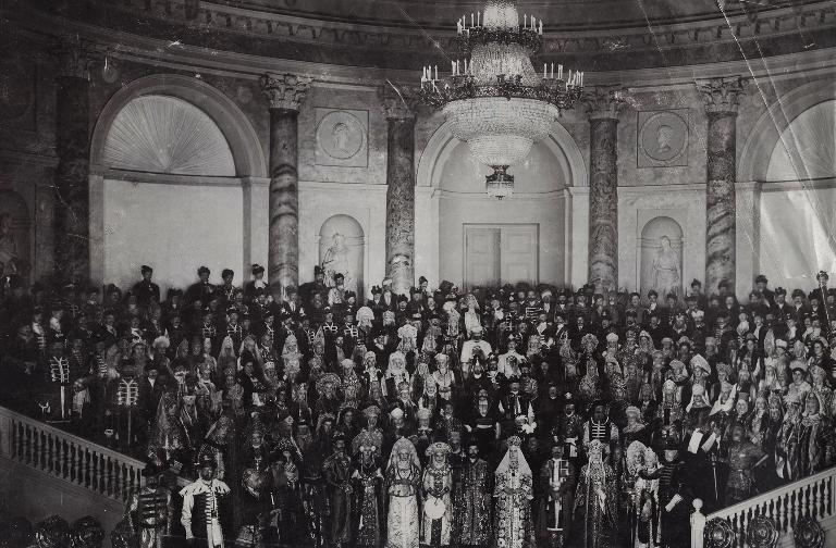 5 Все приглашенные гости костюмированного бала. Зимний дворец, Санкт-Петербург, 1903 год.jpg