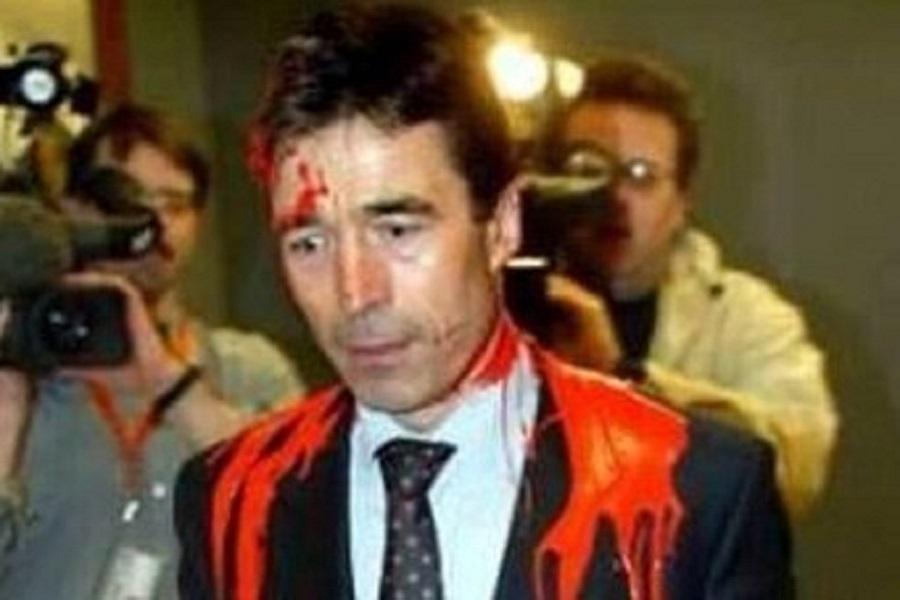 Генсека НАТО облили краской и назвали преступником.jpg