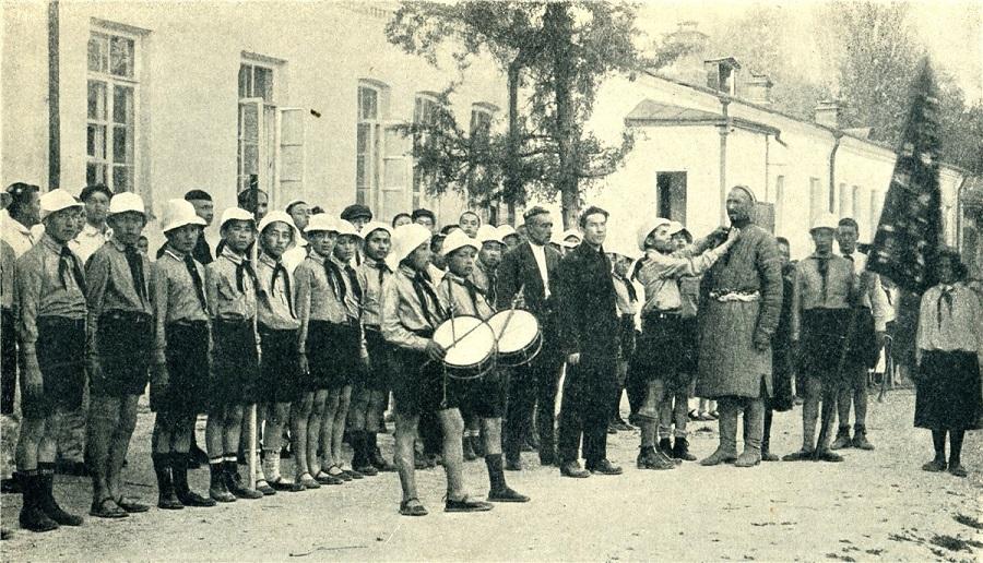 6 1920-ые годы. Парад пионеров в Ташкенте.jpg