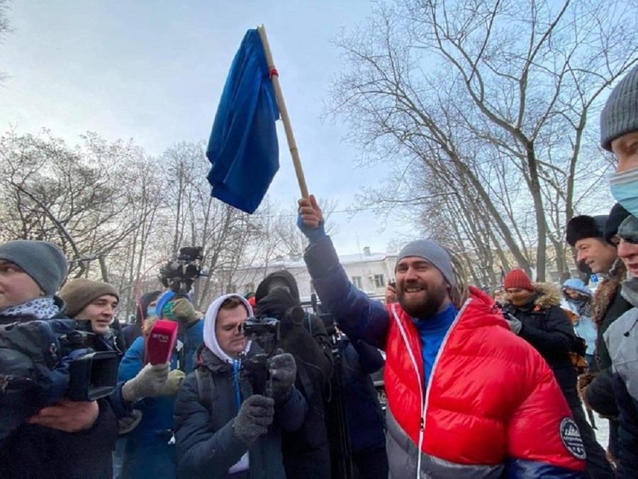 В Химках к зданию МВД, где судят Навального, пришел человек с синими трусами на флагштоке. Он скандирует верните человеку трусы! Jan 18.jpg