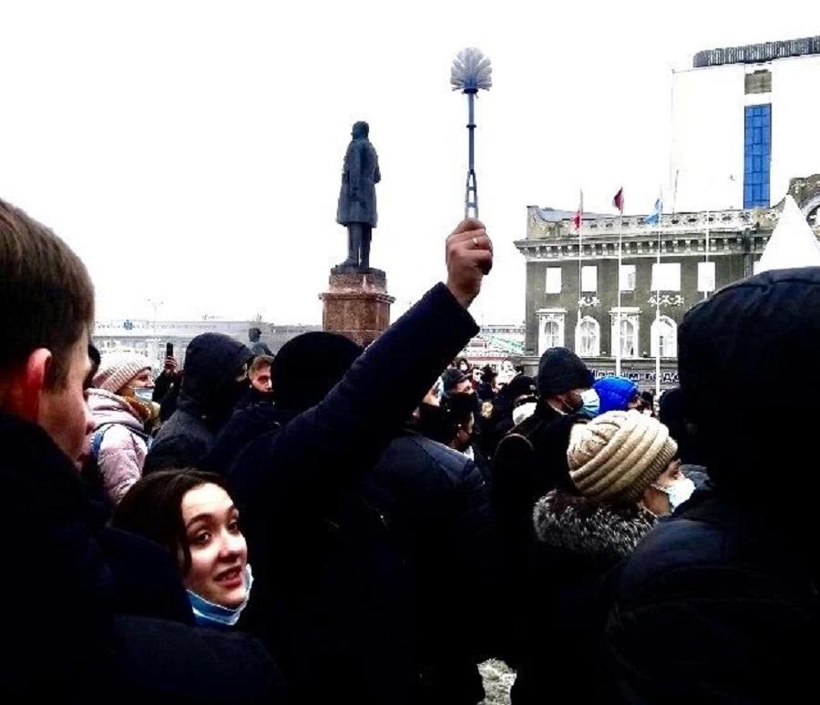 1Протестующие саратовцы принесли на митинг синие трусы и ершик.jpg