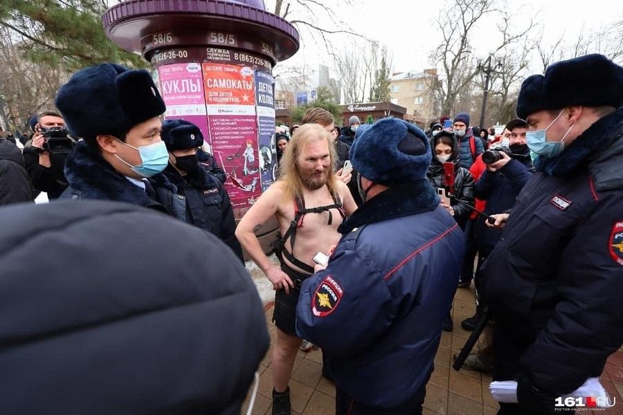 1Ростов-на-Дону. Полицейские обступили сурового мужчину, похожего на викинга – на акцию протеста он пришёл в одних шортах и ботинках..jpg