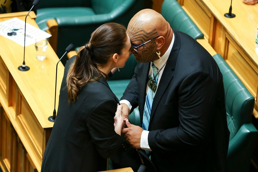 Как Новая Зеландия ищет свою идентичность _8 Prime Minister Jacinda Ardern and Mr. Waititi at Parliament in November.jpg