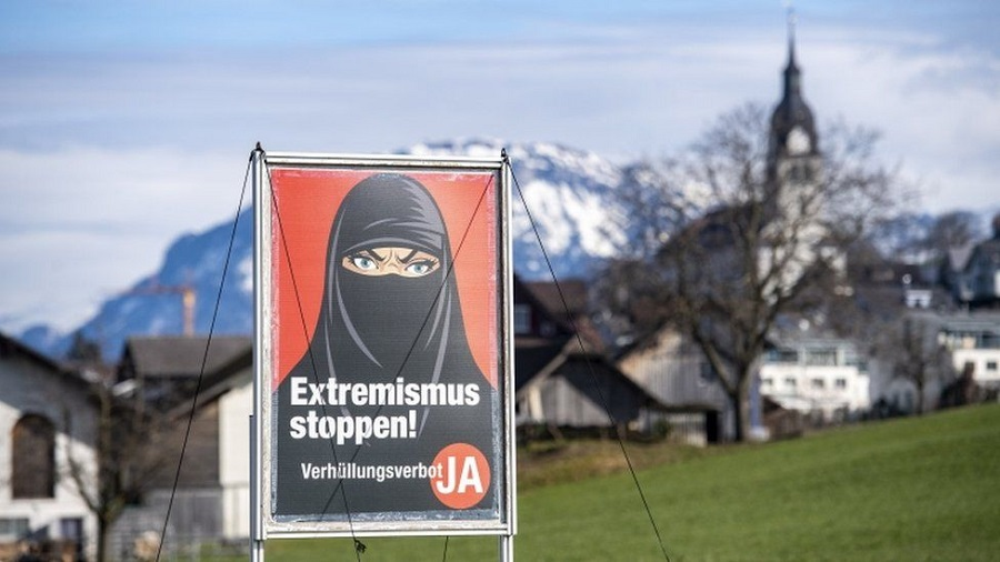 1 Posters promoted by the Swiss People's Party featured a woman in a black niqab and captions such as Stop extremism! and Stop radical Islam!.jpg