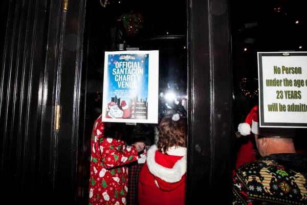 Изюминки SantaCon 2017. Будем бегать голышом? 4 the-bar-stout-on-33rd-street-wasnt-allowing-anyone-under-the-age-of-23-to-enter.jpg