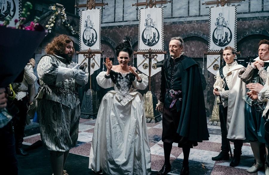 Юлия Хлынина снялась в роли королевы  Денис Самойлов — Король Фердинанд Оллар.jpg