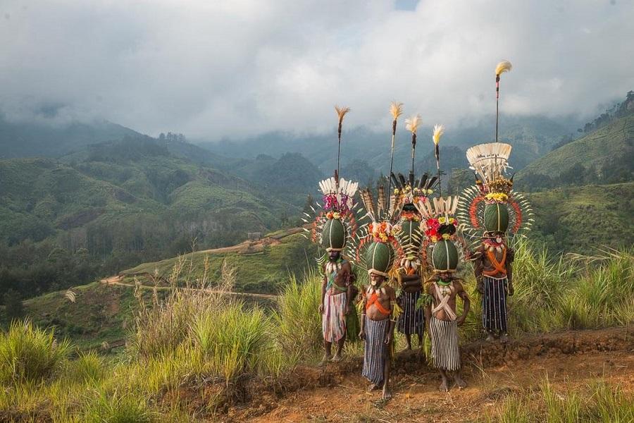 Шапки из жуков 6 papua-new-guinea-simbai-kalam-tribe-014.jpg