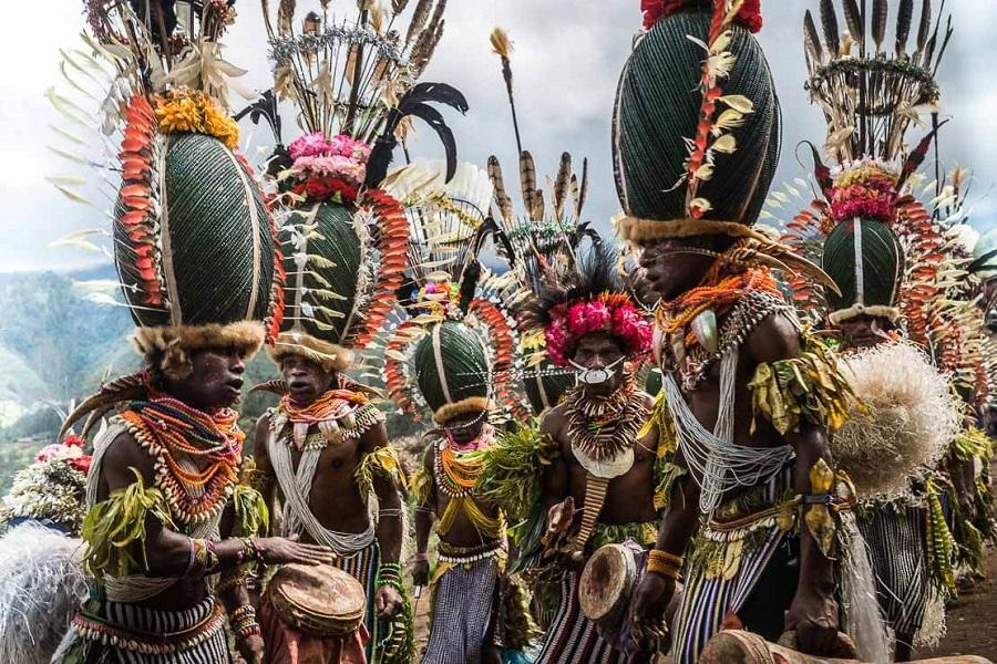Шапки из жуков 7 papua-new-guinea-simbai-kalam-tribe-011.jpg