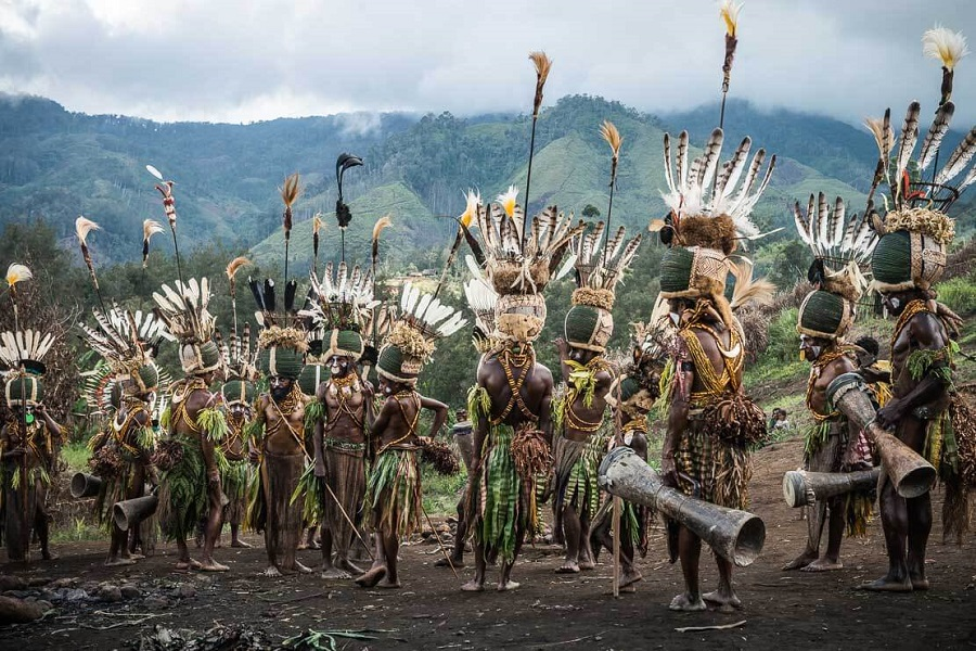 Шапки из жуков 8 papua-new-guinea-simbai-kalam-tribe-012.jpg