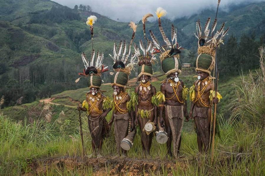 Шапки из жуков 9 papua-new-guinea-simbai-kalam-tribe-013.jpg