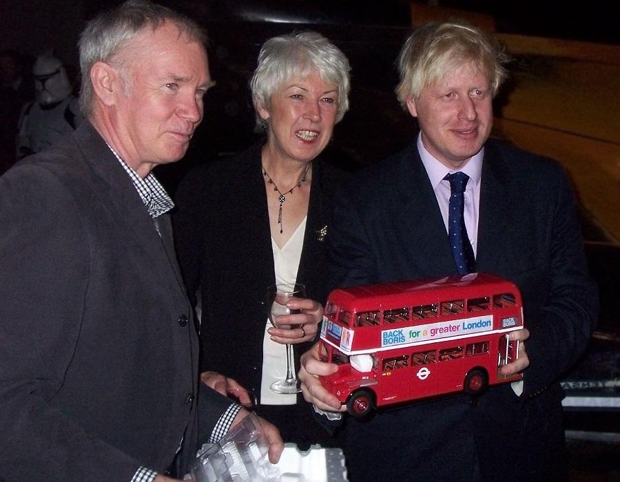 2 Boris_Johnson_-holding_a_red_model_bus_-2007.jpg