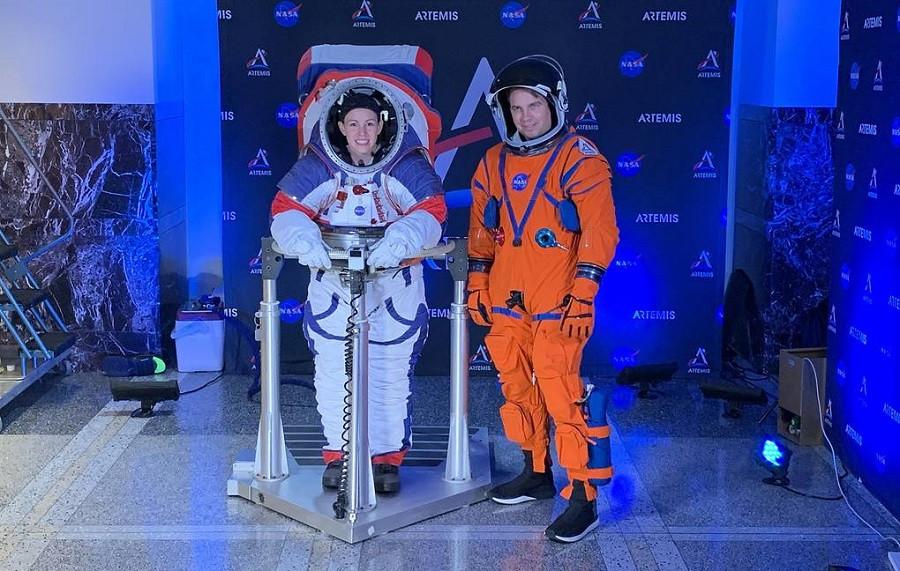 2019 (NASA) представило во вторник два новых скафандра, которые будут использоваться для полетов на Луну и на Марс. Демонстрация состоялась в штаб-кв…