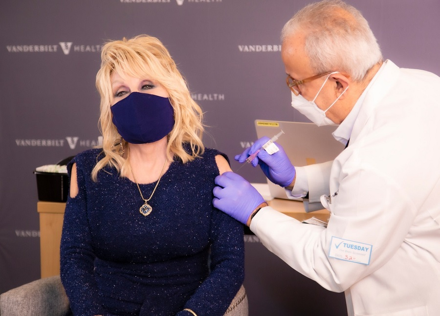 1Dolly Parton wore a sparkly blue cold-shoulder top while getting Moderna's coronavirus vaccine..jpg
