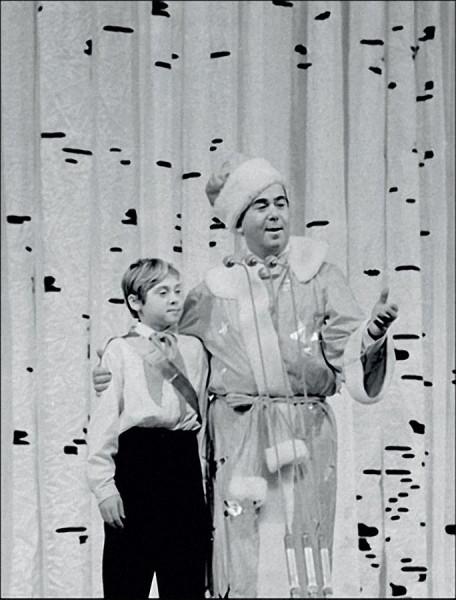7  Конферансье Борис Брунов и пионер — Новый год на молодежном балу в Кремле, 1968 год.jpg
