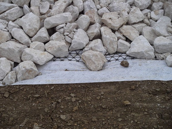 800px-Geogrid_and_geotextile.jpg
