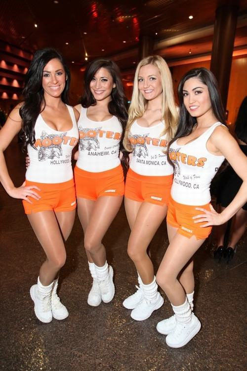 6 Hooters-Girls-4.jpg