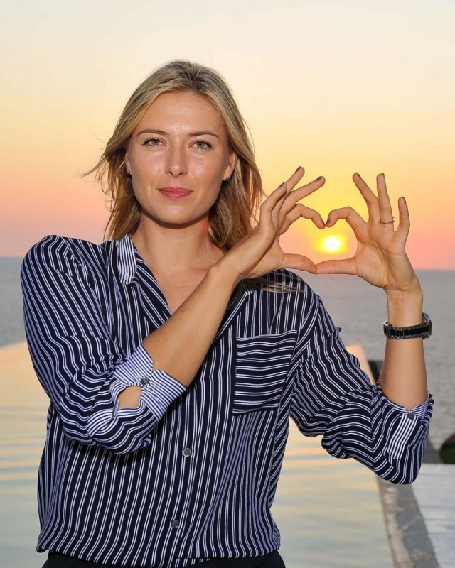 maria_sharapova_sightseeing_in_acapulco_regular.jpg