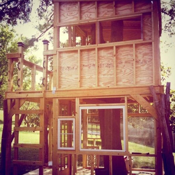 a_house_built_around_a_tree_640_16