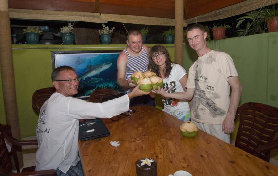 Мальдивы - пьем кокосовое молоко