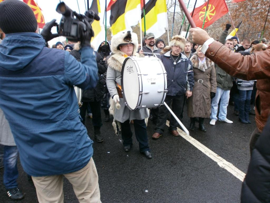 Видео русских маршей, девушка на качелях входит парень