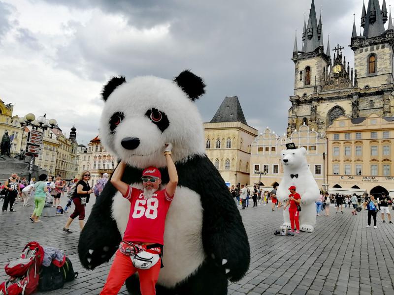 Русский бизнес на пандах на главнлй площади Праги.