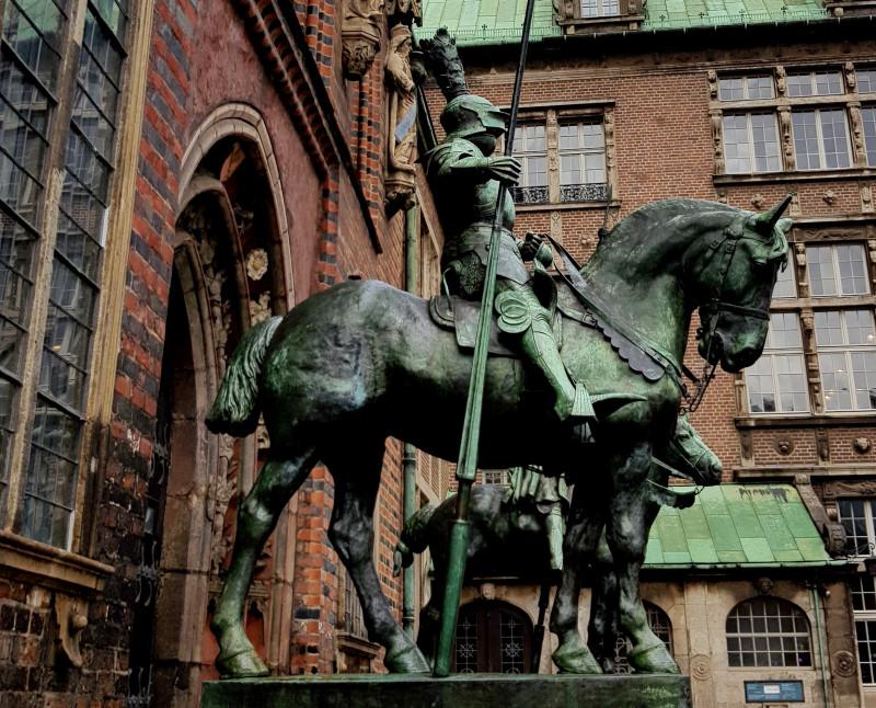 Необычная история  Рыцарей для Рейхстага,  оказавшихся у главной Ратуши в городе Бремен.