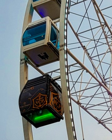 Загадочная кабинка на колесе обозрения и  голубые Хельсинки с высоты птичьего полета .