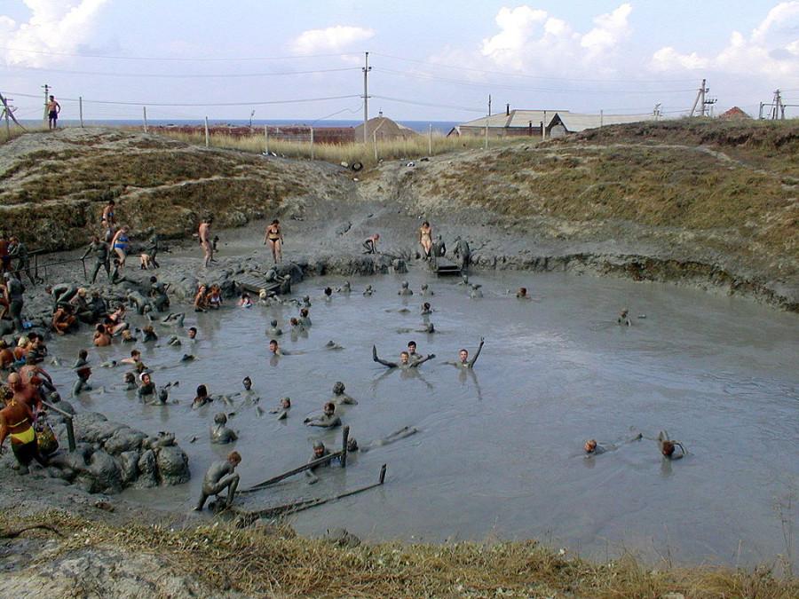 1024px-Mud_volcano_at_Golubitskaya