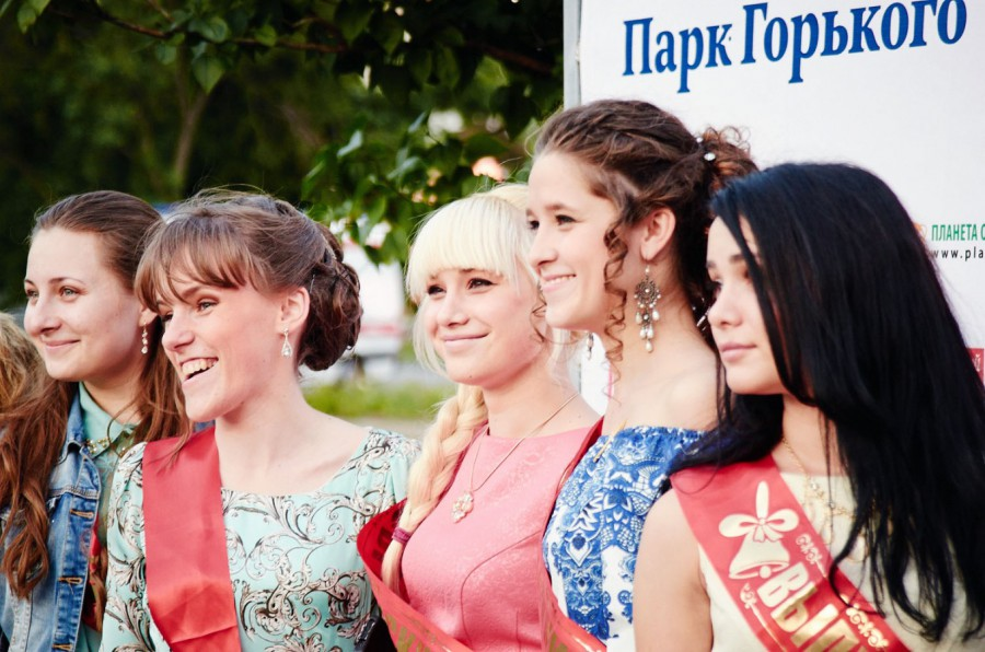 выпускницы в парке фото