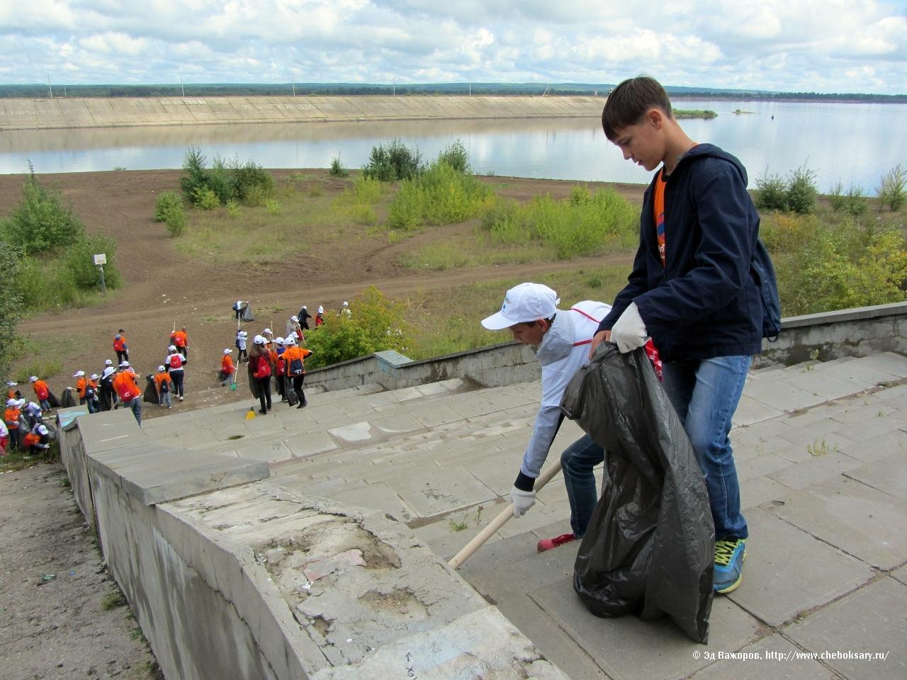 На новочебоксарской набережной в который раз дети убирали мусор, оставленный нерадивыми взрослыми