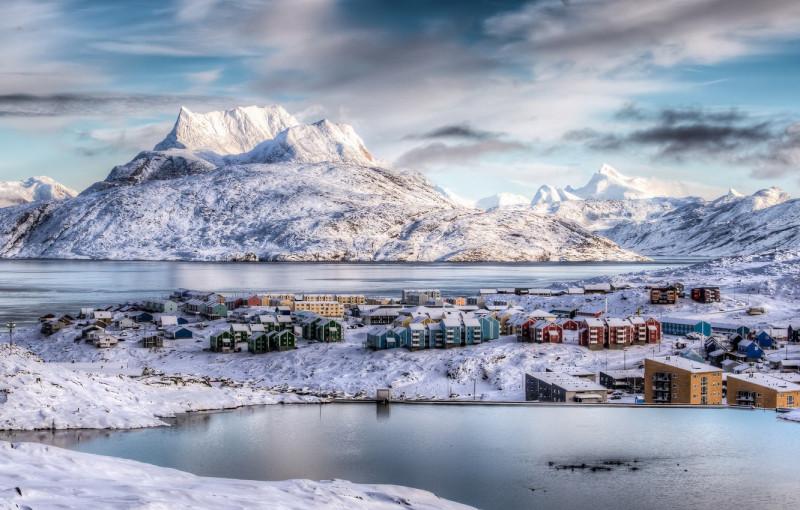 Суровые условия жизни определяют и занятия жителей гренландской столицы. Помимо торговли, это также и рыбная промышленность (в районе Нуука добывают в промысловых целях, например, треску и креветки), а также кораблестроение