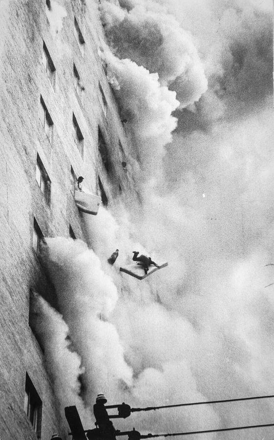 Человек выбрасывается из горящего отеля с матрасом, чтобы смягчить падение. Сеул, Республика Корея, 1971 год