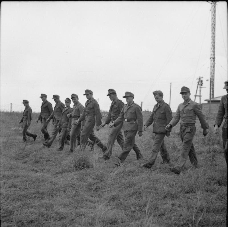 Германские военнопленные после разминирования поля проходят по нему, гарантируя результат. Дания, 1945 год