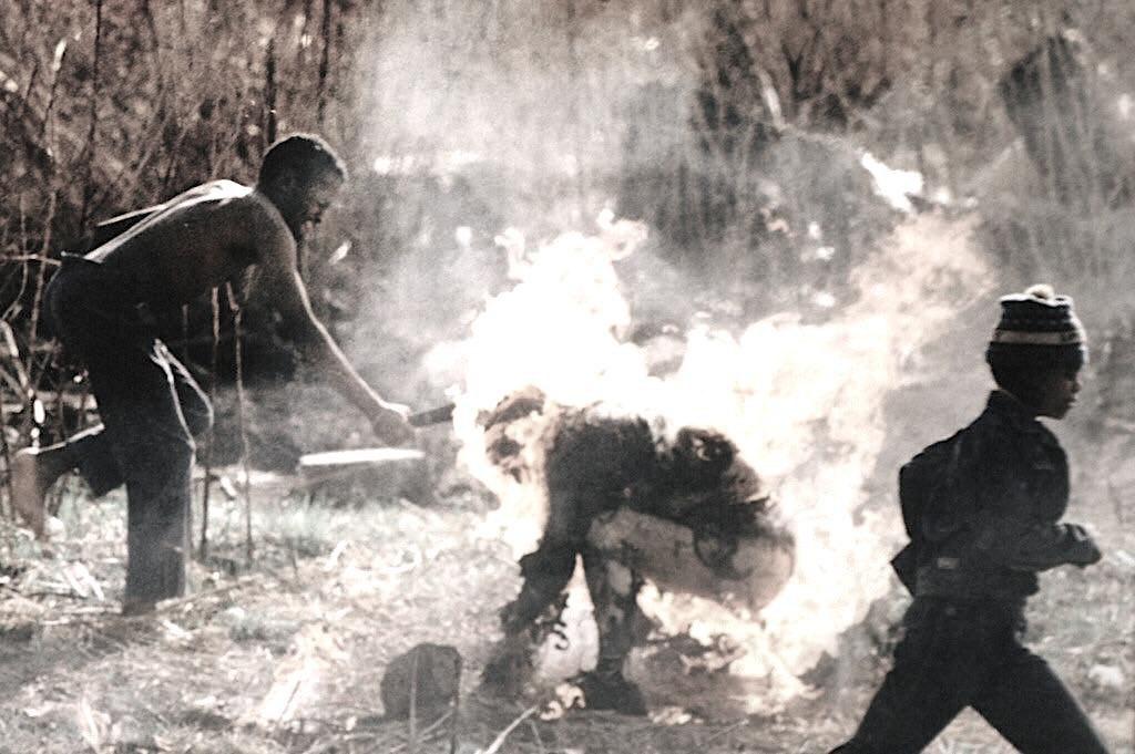 Сторонники южно-африканского Национального конгресса зверски убивают человека, которого посчитали шпионом зулу, ЮАР, 1990 год