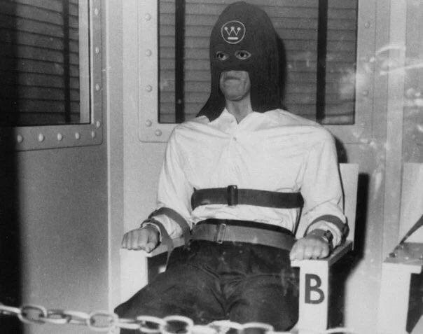 Приговорённый к смерти в газовой камере. На лбу рекламный логотип Westinghouse Electric Company. США, 1939 год.