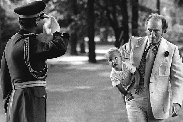 Премьер–министр Канады Пьер Эллиот Трюдо несёт под мышкой будущего премьер–министра Канады Джастина Трюдо, 1973 год