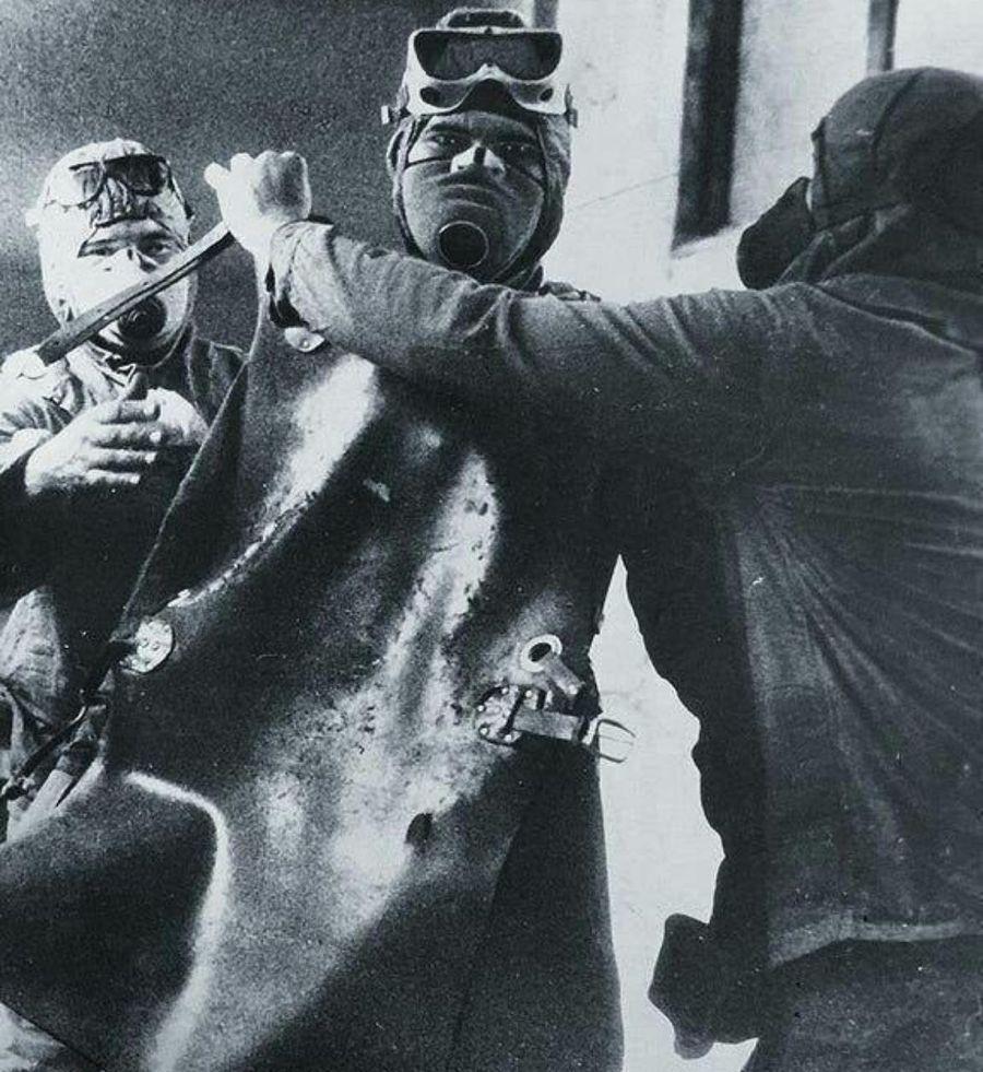 Ликвидатор Чернобыльской аварии готовится к очистке крыши реактора. За пару часов до смерти, 1986 г.